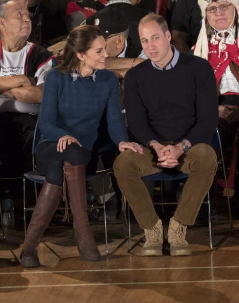 Le geste tendre de Kate envers William, lors d'un voyage en Colombie-Britannique le 26 septembre 2016