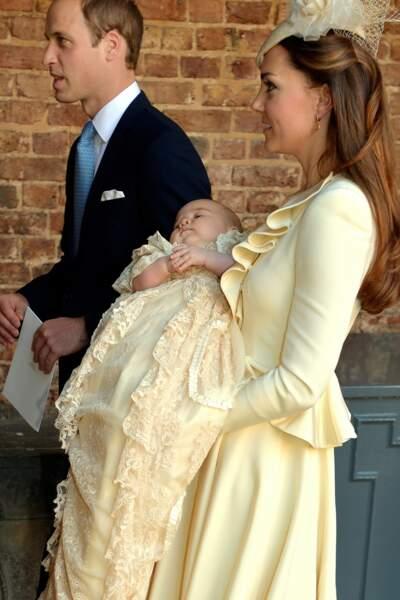 Le prince George dans sa robe de baptême traditionnelle