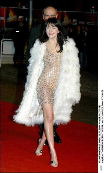 """2004: sacrée """"révelation francophone"""" par les NRJ Music Awards, la chanteuse ébauche un style"""