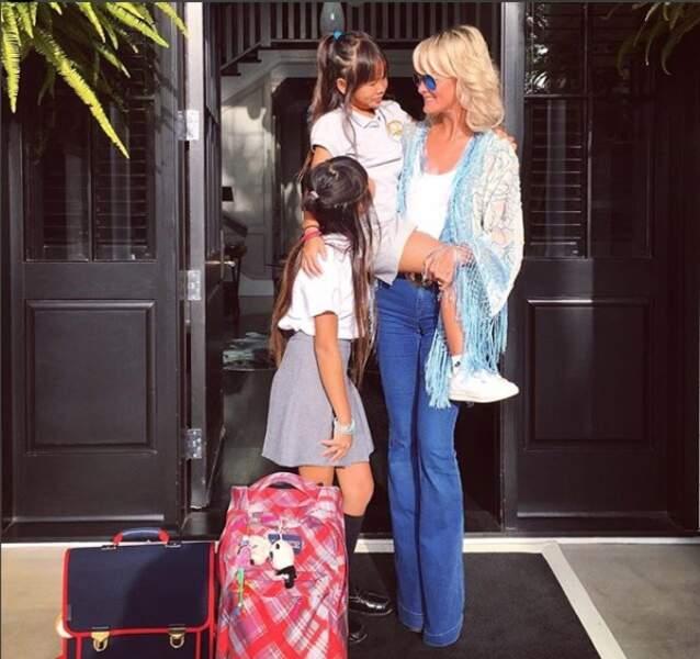 Laeticia Hallyday en kimono à franges et jean flare, avec Jade et Joy à Los Angeles en septembre 2016.