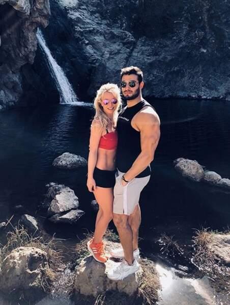 Le secret de son ventre ultra-dessiné: 1000 abdos par jour. Son boyfriend Sam Ashgari, coach sportif, approuve.