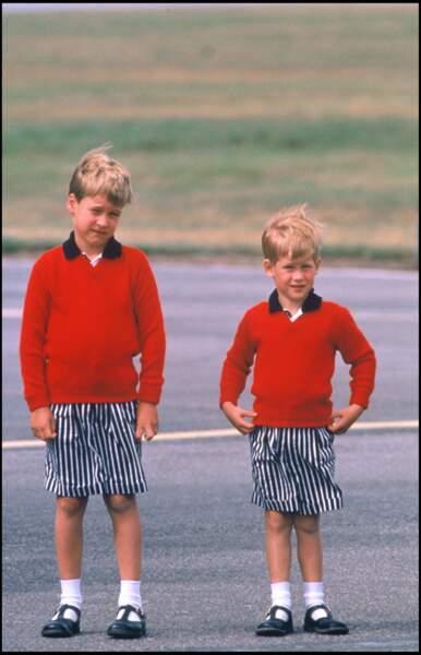 Le prince Harry et William, en tenues coordonnées, à l'aéroport d'Aberdeen en Écosse, en 1989