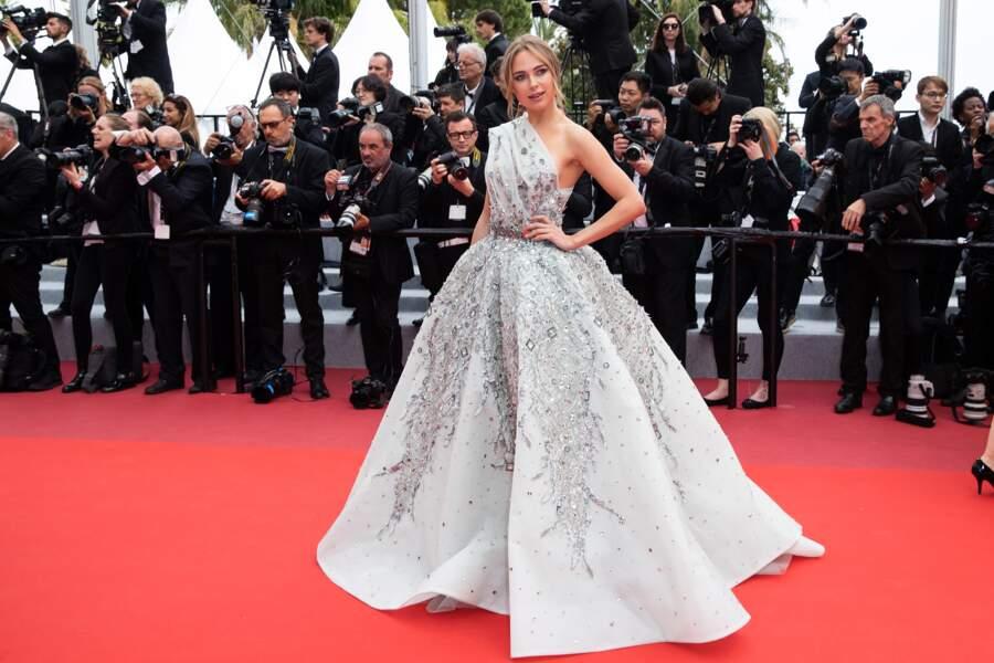 """Kimberley Garner en robe Ziad Nakad à la première de """"La belle époque"""" le 20 mai 2019 à Cannes"""