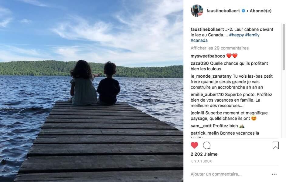 Abbie et Peter, les enfants de Faustine Bollaert et Maxime Chattam, assis sur un ponton face à un lac au Canada