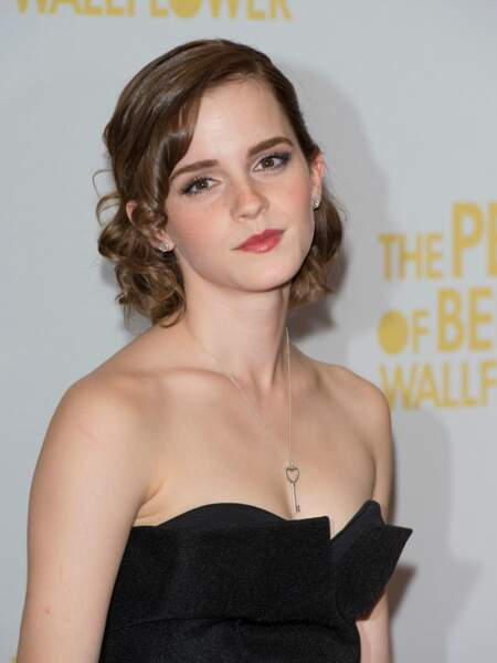 Chignon bouclé un peu rétro pour Emma Watson en 2012