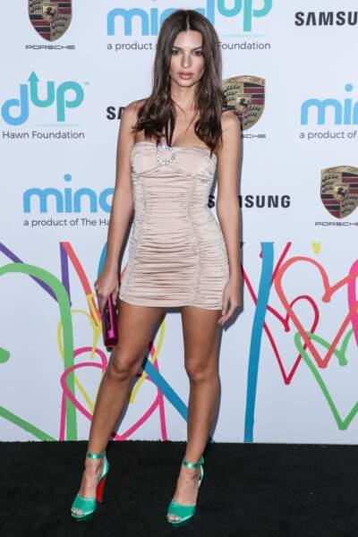 Emily Ratajkowski en robe midi nude satinée, lors d'un gala à  Los Angeles le 3 novembre 2017