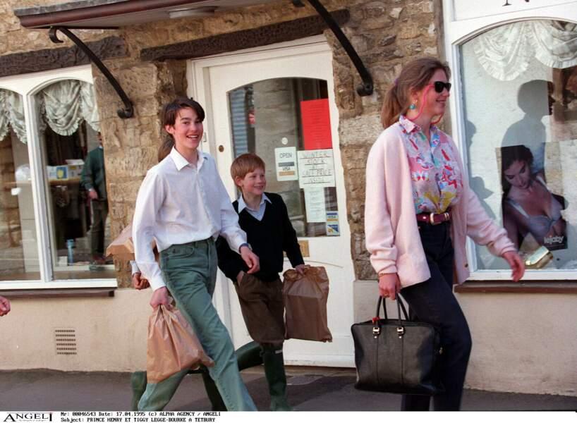 Le prince Harry et sa nounou Tiggy Legge-Bourke se promènent dans les rues de Tetbury, en 1995