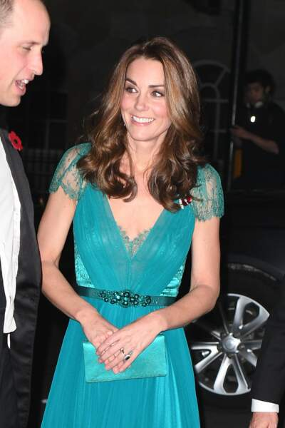 Kate Middleton élégante et souriante en robe Jenny Packham