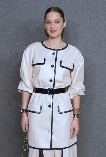 Marion Cotillard en tailleur-jupe blanc et noir très stylé chez Chanel