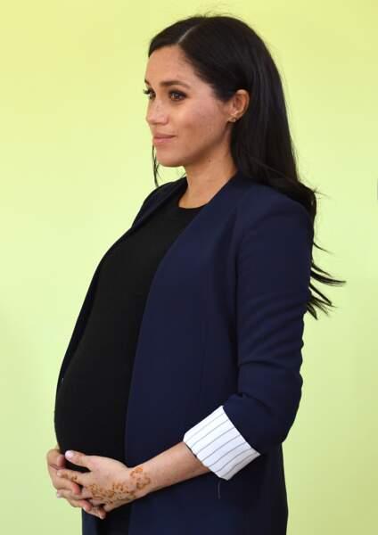 Meghan Markle enceinte en top et veste Alice & Olivia au Maroc le 24 février 2019.