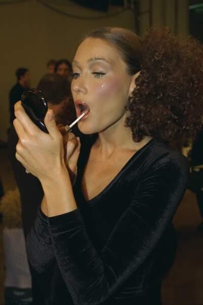 Retouche maquillage dans les coulisses du défilé Chloe printemps été 1997