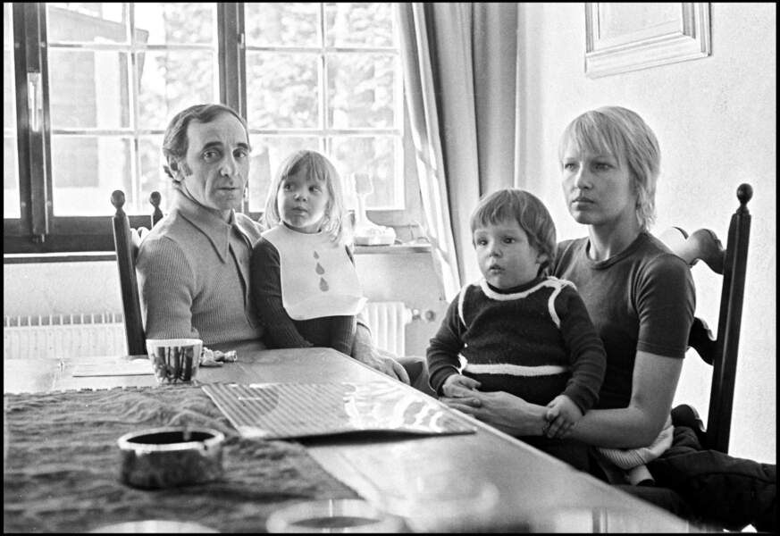 Charles Aznavour avec sa femme Ulla et leurs enfants Katia et Misha, dans les années 70.