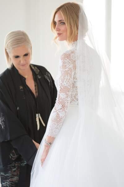 Maria Grazia Chiuri fait les derniers ajustements sur la robe de mariée de Chiara Ferragni