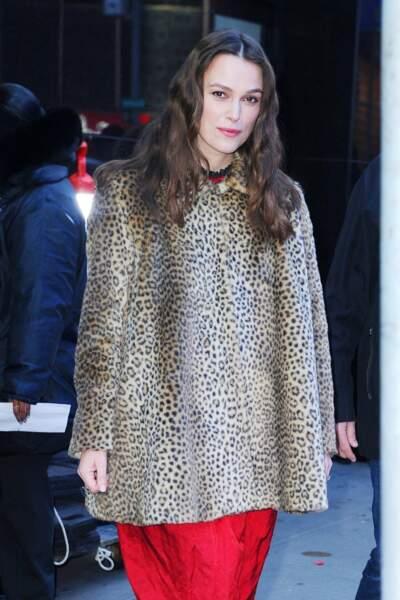 Keira Knightley craque aussi pour le manteau à motif léopard par-dessus sa robe rouge le 13 mars 2019