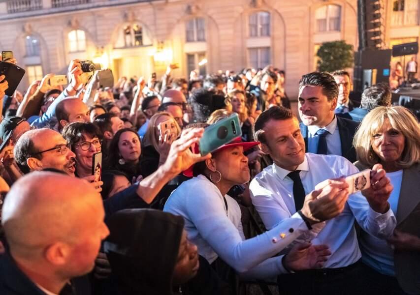 Séance de dédicaces et de selfies pour le président avant le concert de la Fête de la musique, le 21 juin 2019