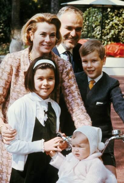 Grace et Rainier de Monaco, dans le jardin du palais avec Caroline, Albert et Stéphanie, en 1966