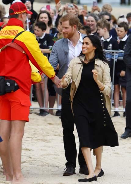 Meghan Markle et le prince Harry vont à la rencontre de jeunes volontaires pour nettoyer la plage de Melbourne.