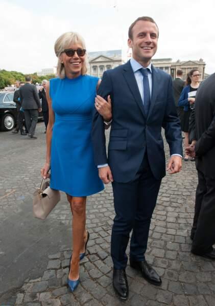 Lors des festivités du 14 juillet 2015, l'épouse du ministre adopte une ravissante silhouette bleue
