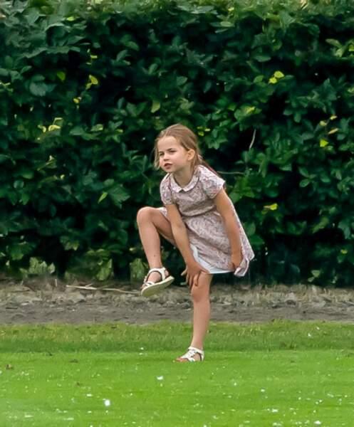 La princesse Charlotte se tenant sur une jambe