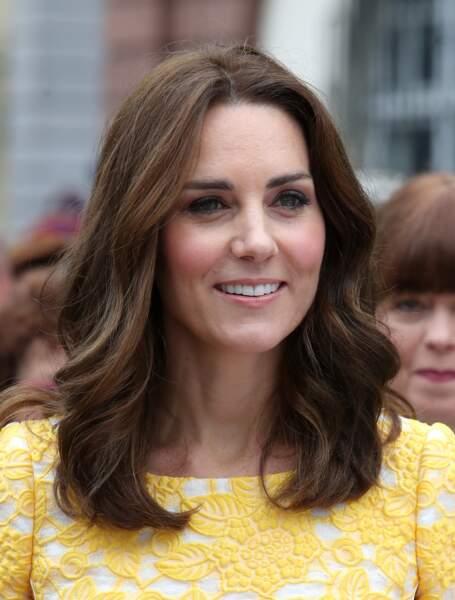 Kate Middleton : quelques mèches dorées illuminent le pourtour de son visage sur son carré mi-long
