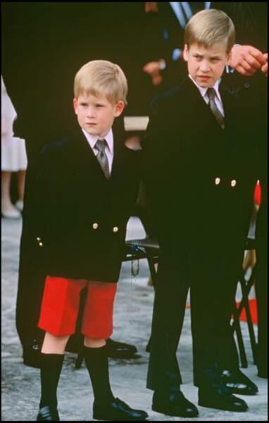 """Très élégants en costumes et cravates, Harry et William assistent à la cérémonie """"Beating the Retreat"""" en 1989"""