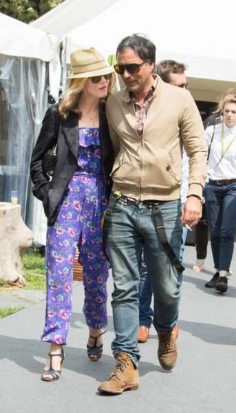 """Vanessa Paradis et Samuel Benchetrit main dans la main quittent la conference de presse du Film """"Chien"""""""