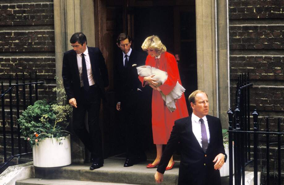 La princesse Diana et le prince Charles à la sortie du St Mary's Hospital pour la naissance d'Harry en 1984