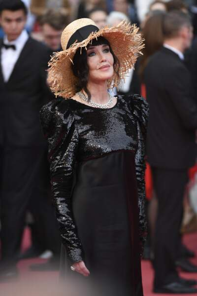 """Isabelle Adjani et son chapeau de paille Chanel, à la première de """"La Belle Epoque"""", le 20 mai 2019 à Cannes"""