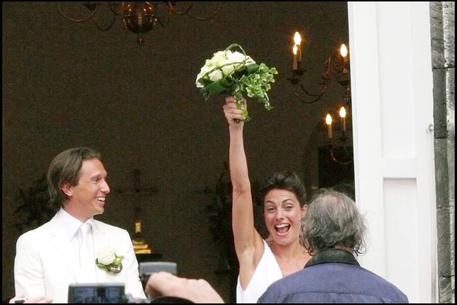 Alessandra Sublet porte fièrement son bouquet de jeune mariée