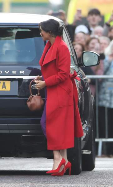 La duchesse de Sussex portait un manteau rouge vif griffé Sentaler