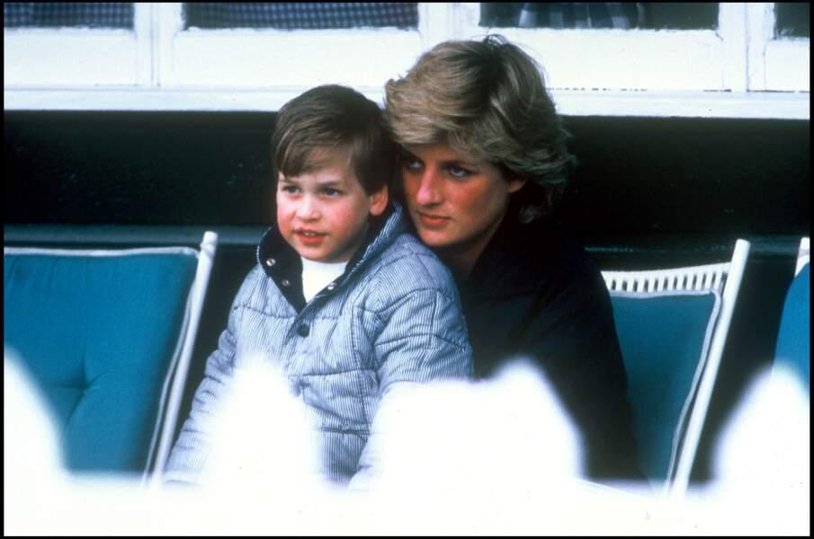 Lady Diana porte le prince William sur ses genoux à l'occasion d'un match de polo à Windsor, en 1987