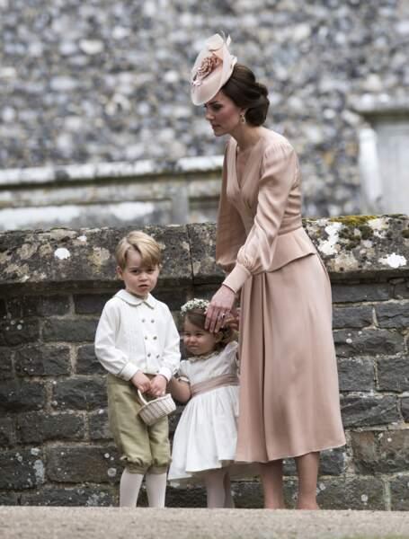 Kate Middleton tente de calmer ses enfants George et Charlotte au mariage de sa soeur Pippa