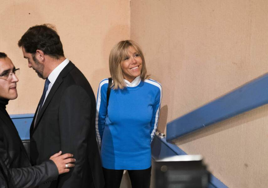 A Marseille, pour soutenir son époux, Brigitte Trogneux surprend avec son sweat bleu