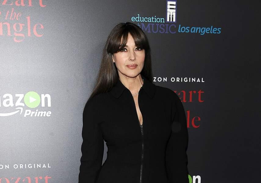 Monica Bellucci souligne son visage de madone avec une frange