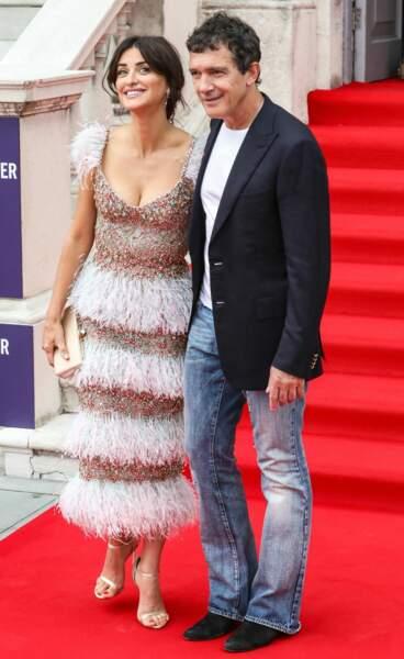 Pour compléter son look, Penelope Cruz avait choisi des sandales à talons de la marque Jimmy Choo