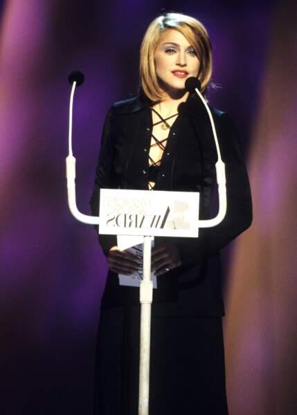 Madonna et son carré lissé vers l'intérieur, très années 90, aux VH1 Fashion and Music Awards en 1995