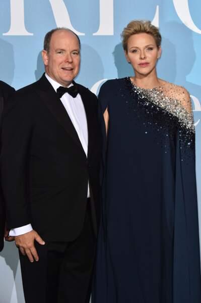 La princesse Charlène de Monaco sublime dans une longue robe-cape Oscar de la Renta