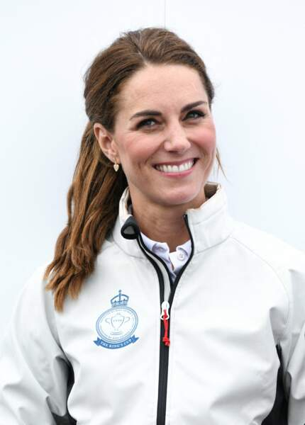 La queue-de-cheval basse avec raie sur le côté de Kate Middleton.