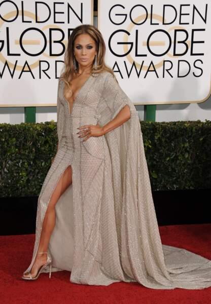 Lors des Golden Globes la chanteuse ose une robe très décolletée et fendu