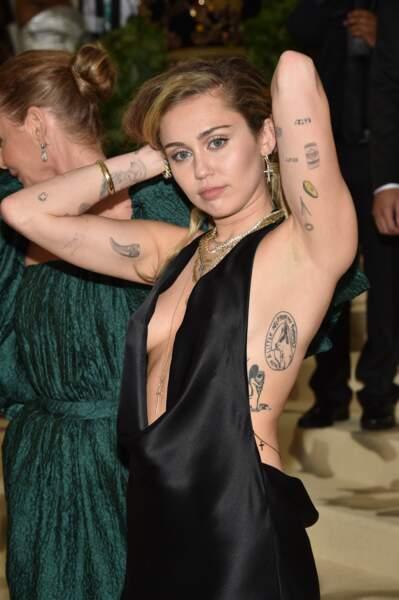 Miley Cyrus : elle adore les tatouages qu'elle a partout mais aussi sur les bras
