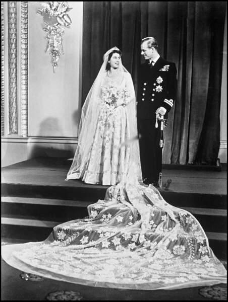 Elisabeth II (en robe Norman Hartnell) et le prince Philip à Buckingham après leur mariage le 20 novembre 1947