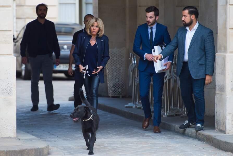 Brigitte Macron a conservé un style très chic pour la promenade de Nemo