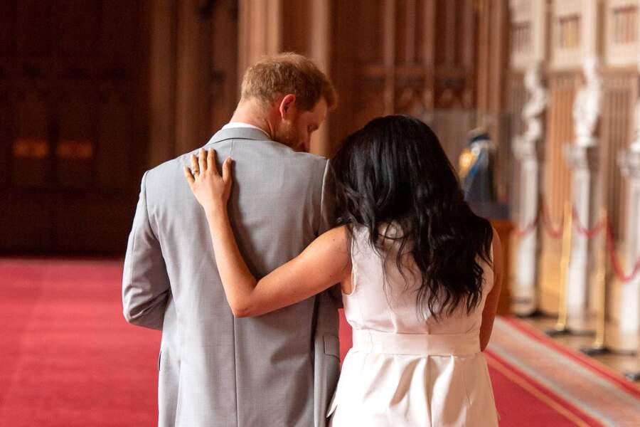 Meghan Markle a choisi de souligner son corps encore arrondi par la grossesse dans cette tenue blanche