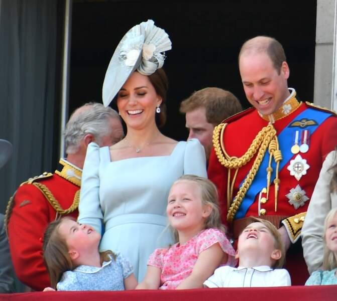Les enfants faisant rire les parents royaux