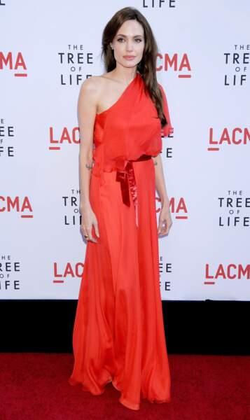 Angelina Jolie en mai 2011 en fourreau asymétrique Jenny Packham rouge