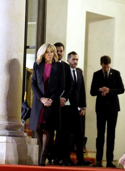 Brigitte Macron a fait sensation dans une robe fuchsia et manteau ajusté