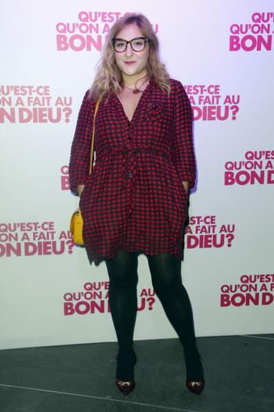 """En robe chemise à carreaux, à la première du film """"Qu'est-ce qu'on a fait au Bon Dieu"""" en 2014 à Paris"""
