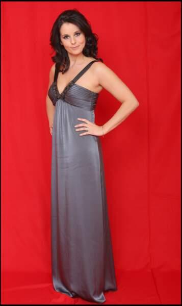 Faustine Bollaert ultra chic portant une robe de soirée grise et noire le 4 décembre 2008 à Paris