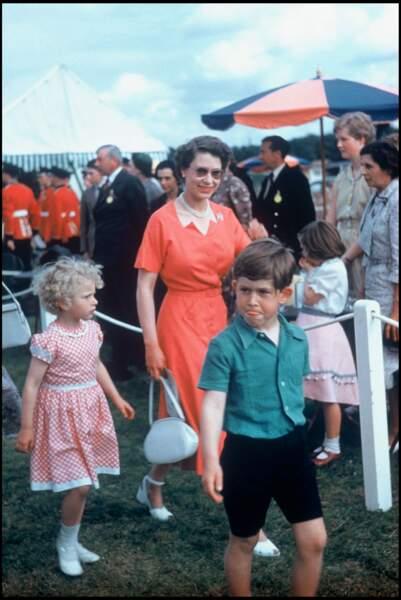 La reine Elizabeth II en 1958 avec ses enfants la princesse Anne et le prince Charles