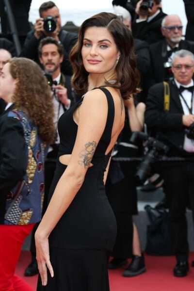 La top Isabeli Fontana mise sur l'arrière du bras pour un tatouage unique